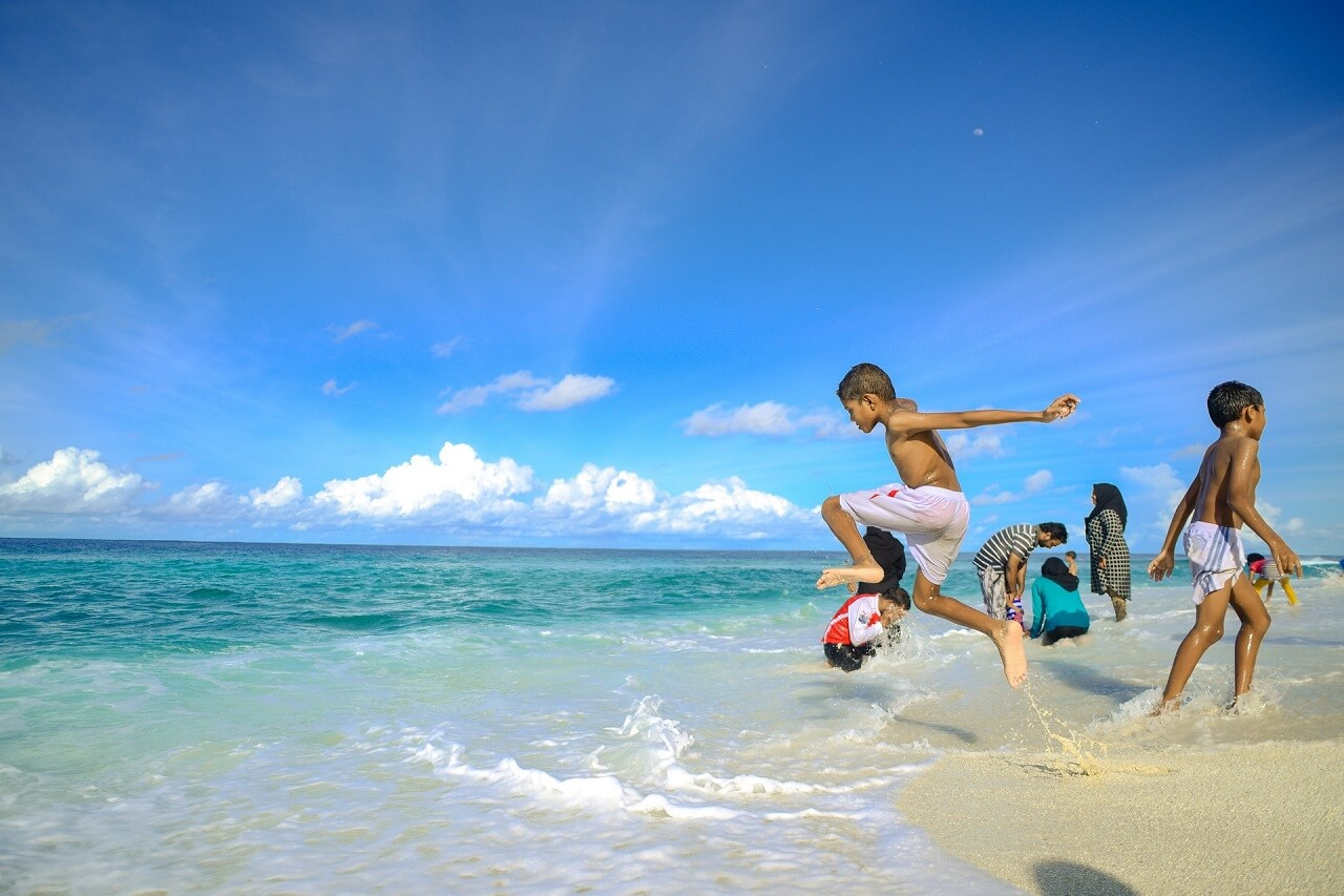 Local island or resort: what to choose in the Maldives