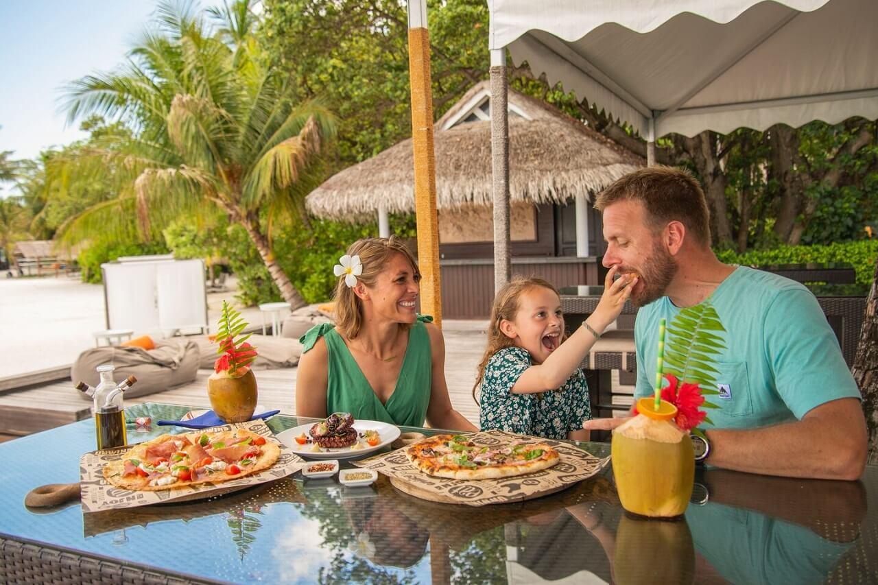 Лучшие отели Мальдив для семей с маленькими детьми: 16 резортов